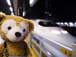 新幹線の前で記念写真を撮るろじねこさん